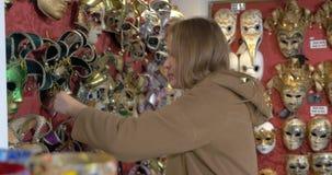Γυναίκα στο κατάστημα των ενετικών μασκών απόθεμα βίντεο