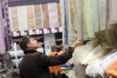 Γυναίκα στο κατάστημα υφασματεμποριών στοκ φωτογραφίες με δικαίωμα ελεύθερης χρήσης
