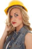 Γυναίκα στο κεφάλι καπέλων κατασκευής σοβαρό Στοκ Εικόνες