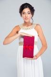 Γυναίκα στο κιβώτιο δώρων εκμετάλλευσης φορεμάτων μόδας Στοκ Φωτογραφία