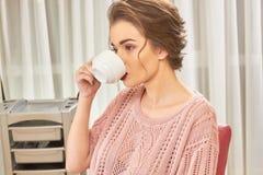 Γυναίκα στο κομμωτήριο, καφές Στοκ εικόνα με δικαίωμα ελεύθερης χρήσης