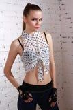 Γυναίκα στο κοντές πουκάμισο και τις περικνημίδες στοκ εικόνες