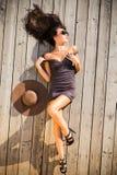 Γυναίκα στο κοντό φόρεμα στο sundeck στοκ φωτογραφίες με δικαίωμα ελεύθερης χρήσης