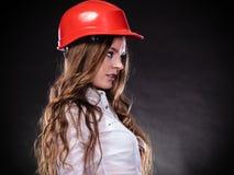 Γυναίκα στο κόκκινο κράνος Στοκ Εικόνες
