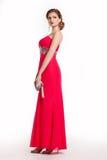 Γυναίκα στο κόκκινο μακρύ φόρεμα πολυτέλειας με την τσάντα Στοκ Φωτογραφία