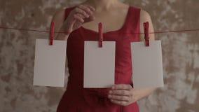 Γυναίκα στο κόκκινο που βγάζει τις κάρτες από τον ένδυμα-γόμφο φιλμ μικρού μήκους