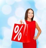 Γυναίκα στο κόκκινο φόρεμα με τις τσάντες αγορών Στοκ εικόνες με δικαίωμα ελεύθερης χρήσης