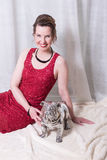 Γυναίκα στο κόκκινο φόρεμα με το σκυλί στο κάλυμμα Στοκ Εικόνα