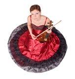 Γυναίκα στο κόκκινο φόρεμα με το viola στοκ εικόνες