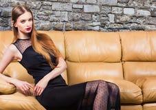 Γυναίκα στο κλασικό μαύρο φόρεμα στο εσωτερικό πολυτέλειας στοκ φωτογραφίες με δικαίωμα ελεύθερης χρήσης