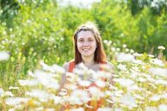 Γυναίκα στο λιβάδι μαργαριτών Στοκ εικόνα με δικαίωμα ελεύθερης χρήσης