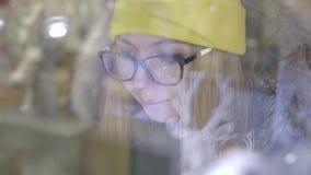 Γυναίκα στο μέτωπο καταστημάτων απόθεμα βίντεο