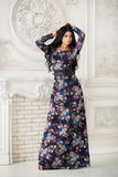 Γυναίκα στο μακρύ μεγάλου μεγέθους φόρεμα στο στούντιο Στοκ φωτογραφία με δικαίωμα ελεύθερης χρήσης