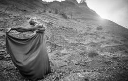 Γυναίκα στο μακρύ φόρεμα στο φαράγγι άμμου Στοκ Εικόνες