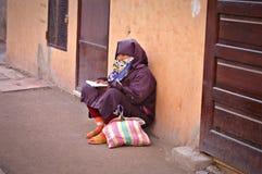 Γυναίκα στο Μαρακές που ρωτά στις οδούς