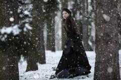 Γυναίκα στο μαύρο βικτοριανό φόρεμα Στοκ Εικόνα