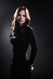 Γυναίκα στο μαύρο πρότυπο μόδας φορεμάτων Στοκ εικόνες με δικαίωμα ελεύθερης χρήσης