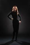 Γυναίκα στο μαύρο πλήρες μήκος φορεμάτων Στοκ Φωτογραφία