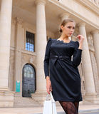 Γυναίκα στο μαύρο φόρεμα Στοκ Εικόνες