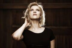Γυναίκα στο μαύρο φόρεμα Στοκ εικόνες με δικαίωμα ελεύθερης χρήσης