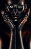 Γυναίκα στο μαύρο χρώμα με τα χέρια γύρω από τα μάγουλα στοκ εικόνα