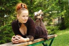 Γυναίκα στο μικρό πάγκο στοκ φωτογραφίες