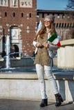 Γυναίκα στο Μιλάνο με την ιταλική σημαία που εξετάζει την απόσταση Στοκ Εικόνα