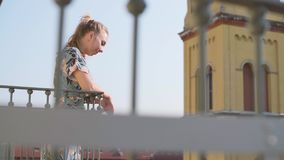 Γυναίκα στο μπαλκόνι φιλμ μικρού μήκους