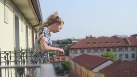 Γυναίκα στο μπαλκόνι απόθεμα βίντεο