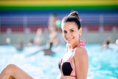 Γυναίκα στο μπικίνι που κάνει ηλιοθεραπεία στο aquapark Θερινά θερμότητα και νερό Στοκ φωτογραφία με δικαίωμα ελεύθερης χρήσης