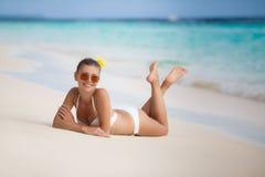 Γυναίκα στο μπικίνι στην τροπική παραλία Στοκ Εικόνες