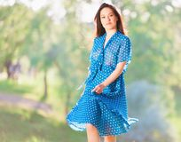 Γυναίκα στο μπλε φόρεμα Πόλκα-σημείων Στοκ φωτογραφία με δικαίωμα ελεύθερης χρήσης