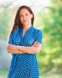 Γυναίκα στο μπλε φόρεμα Πόλκα-σημείων Στοκ εικόνες με δικαίωμα ελεύθερης χρήσης