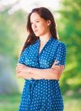 Γυναίκα στο μπλε φόρεμα Πόλκα-σημείων Στοκ εικόνα με δικαίωμα ελεύθερης χρήσης