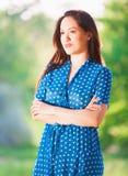 Γυναίκα στο μπλε φόρεμα Πόλκα-σημείων Στοκ Φωτογραφίες
