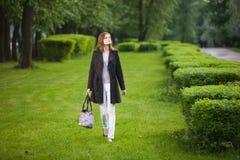 Γυναίκα στο πάρκο φθινοπώρου στοκ φωτογραφίες