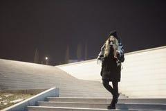 Γυναίκα στο παλτό στα σκαλοπάτια στοκ εικόνες
