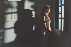 Γυναίκα στο παράθυρο στοκ φωτογραφίες με δικαίωμα ελεύθερης χρήσης
