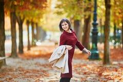 Γυναίκα στο Παρίσι μια φωτεινή ημέρα πτώσης Στοκ φωτογραφίες με δικαίωμα ελεύθερης χρήσης