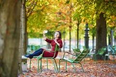Γυναίκα στο Παρίσι μια φωτεινή ημέρα πτώσης Στοκ Φωτογραφίες