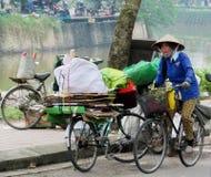 Γυναίκα στο παραδοσιακό ασιατικό κωνικό καπέλο στο bycicle Στοκ φωτογραφίες με δικαίωμα ελεύθερης χρήσης