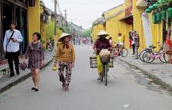Γυναίκα στο παραδοσιακό ασιατικό κωνικό καπέλο Στοκ Εικόνες
