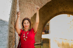 Γυναίκα στο παλαιό ιταλικό χωριό στοκ φωτογραφία με δικαίωμα ελεύθερης χρήσης
