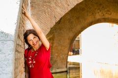 Γυναίκα στο παλαιό ιταλικό χωριό στοκ εικόνες