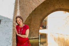 Γυναίκα στο παλαιό ιταλικό χωριό στοκ φωτογραφία