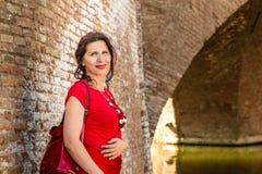 Γυναίκα στο παλαιό ιταλικό χωριό στοκ φωτογραφίες