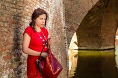 Γυναίκα στο παλαιό ιταλικό χωριό στοκ εικόνες με δικαίωμα ελεύθερης χρήσης