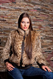 Γυναίκα στο παλτό γουνών λυγξ πολυτέλειας Στοκ Εικόνες