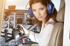 Γυναίκα στο πιλοτήριο στοκ εικόνα με δικαίωμα ελεύθερης χρήσης