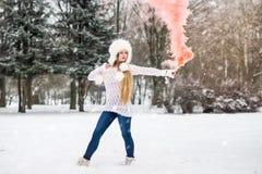 γυναίκα στο πλήρες μήκος με την κόκκινη βόμβα καπνού στοκ φωτογραφία